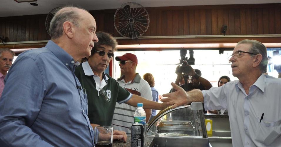 1º.set.2012 - O candidato do PSDB à Prefeitura de São Paulo, José Serra, durante visita ao bairro Cidade Tiradentes (zona leste) na tarde deste sábado