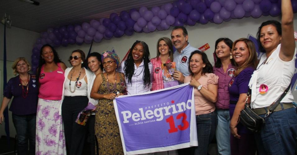 1º.set.2012 - O candidato do PT a prefeito de Salvador, Nelson Pelegrino, recebeu, na manhã deste sábado, documento com 13 pontos elencados pelas mulheres de sua coligação para serem incluídos no programa de governo