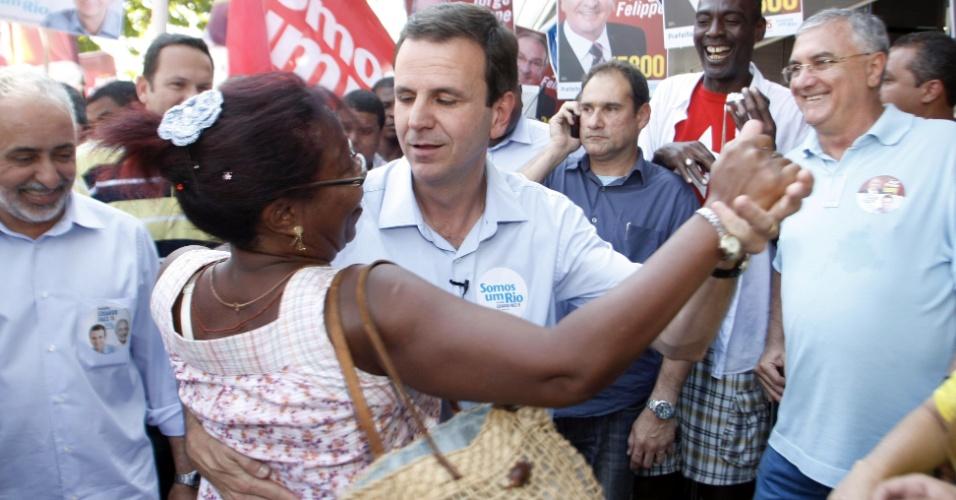 1º.set.2012 - O prefeito Eduardo Paes (PMDB), que concorre à reeleição no Rio de Janeiro, durante corpo a corpo neste sábado no calçadão de Bangu (zona oeste)