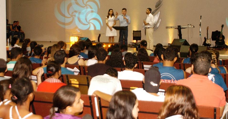 1º.set.2012 - O candidato a prefeito de Cuiabá Mauro Mendes (PSB) participou de evento na igreja Sara Nossa Terra, na região do Pedregal, na noite de sábado