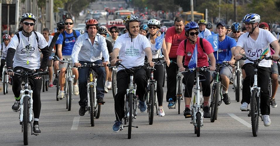1.set.2012 - O candidato do PDT à Prefeitura de Curitiba, Gustavo Fruet, participou de passeio ciclístico com o grupo Bike Curitiba na tarde deste sábado