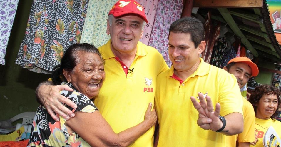 1º.set.2012 - O candidato do PSB à Prefeitura de Manaus, Serafim Corrêa (ao centro), fez uma caminhada pelas ruas do bairro da Compensa 1 (zona oeste) na manhã deste sábado