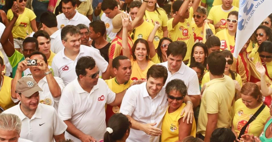 1º.set.2012 - O candidato do PSB à Prefeitura do Recife, Geraldo Julio, durante caminhada na comunidade do Coque neste sábado. Na sexta-feira (31), o candidato se reuniu com educadores, diretores, professores e proprietários de escolas particulares e cursinhos em evento que contou com a participação do governador de Pernambuco, Eduardo Campos (PSB)