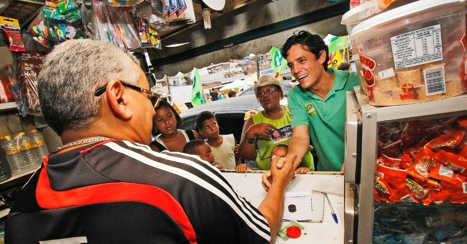 2.set.2012 - Daniel Coelho, candidato do PSDB à Prefeitura do Recife, percorreu o comércio da Bomba do Hemetério (zona norte) na manhã deste domingo