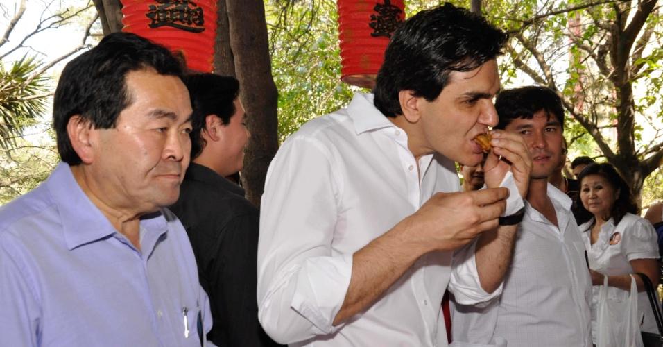 2.set.2012 - Gabriel Chalita, candidato do PMDB ao comando da capital paulista, vistou a feira da Liberdade, reduto da comunidade japonesa em São Paulo, na manhã deste domingo