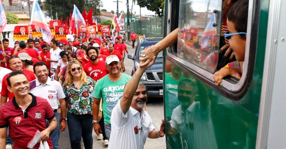 2.set.2012 - Humberto Costa, candidato do PT à Prefeitura do Recife, visitou o bairro do Totó neste domingo. O petista caiu seis pontos na última pesquisa Datafolha e está empatado com o candidato do PSB, Geraldo Júlio, com 29% das intenções de voto cada