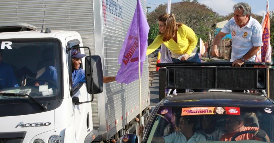 2.set.2012 - Manuela D´Ávila, candidata do PC do B à Prefeitura de Porto Alegre, fez uma carreta neste domingo pelas ruas da cidade ao lado do candidato a vice Nelcir Tessaro (PSD)