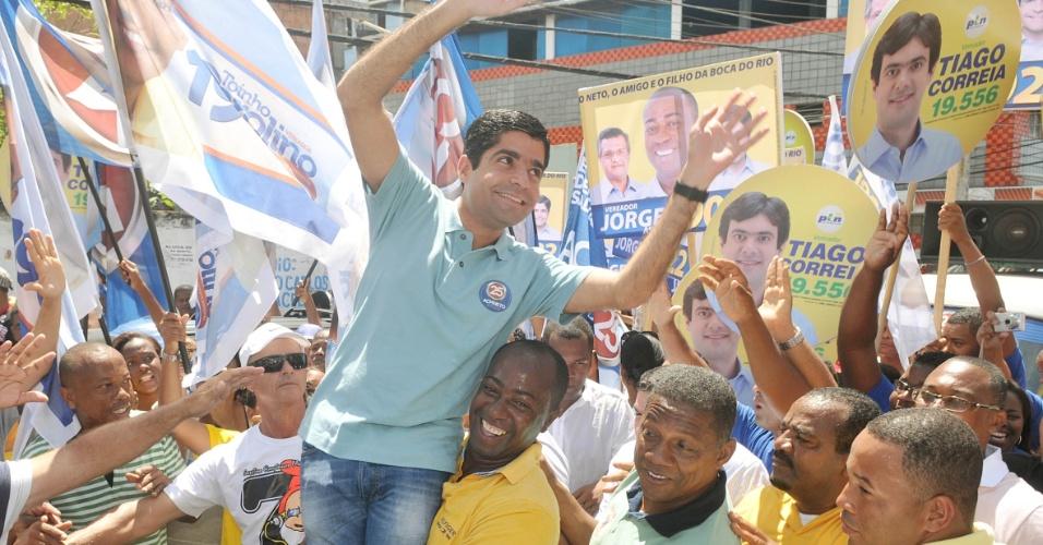 2.set.2012 - ACM Neto, candidato do DEM à Prefeitura de Salvador, fez caminhada neste domingo pela rua Hélio Machado, uma das mais movimentadas da Boca do Rio