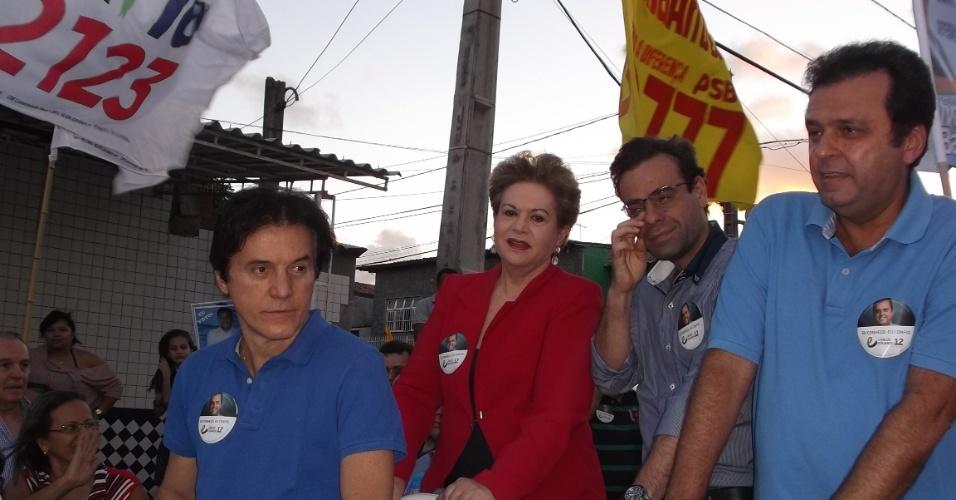 2.set.2012 - O ministro do Trabalho e Emprego, Brizola Neto (PDT), ao centro, participou de carreata do lado do candidato do partido à Prefeitura de Natal, Carlos Eduardo (à dir.), e sua vice, Wilma de Faria (PSB)
