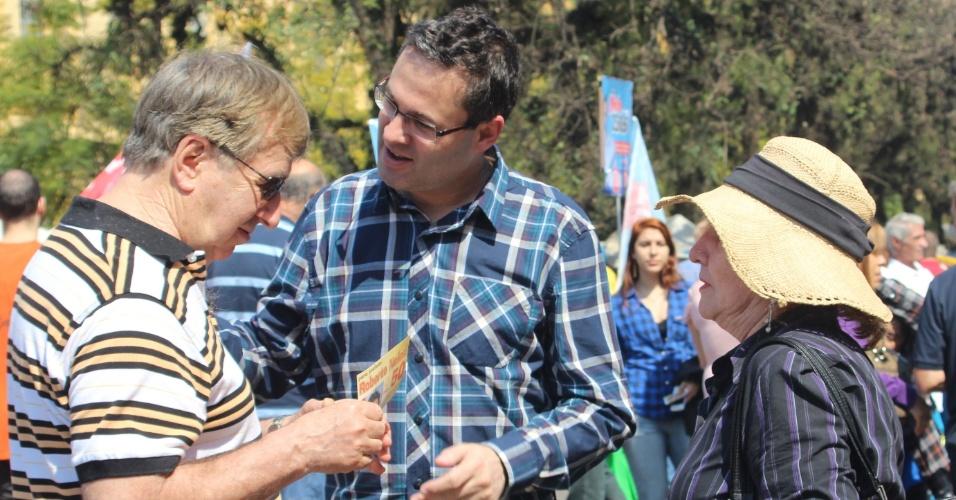 2.set.2012 - Roberto Robaina, candidato do PSOL à Prefeitura de Porto Alegre, conversa com eleitores durante caminhada pelo Brique da Redenção, feira de mercados artesanais e espetáculos de rua que ocorre semanalmente no bairro Bom Fim, região oeste da capital gaúcha