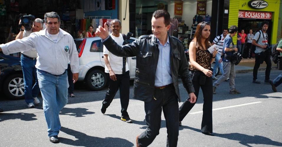 3.set.2012 - Celso Russomanno, candidato pelo PRB à Prefeitura de São Paulo, acena para eleitores durante caminhada pelo comércio da Vila Mariana, na zona sul da capital paulista