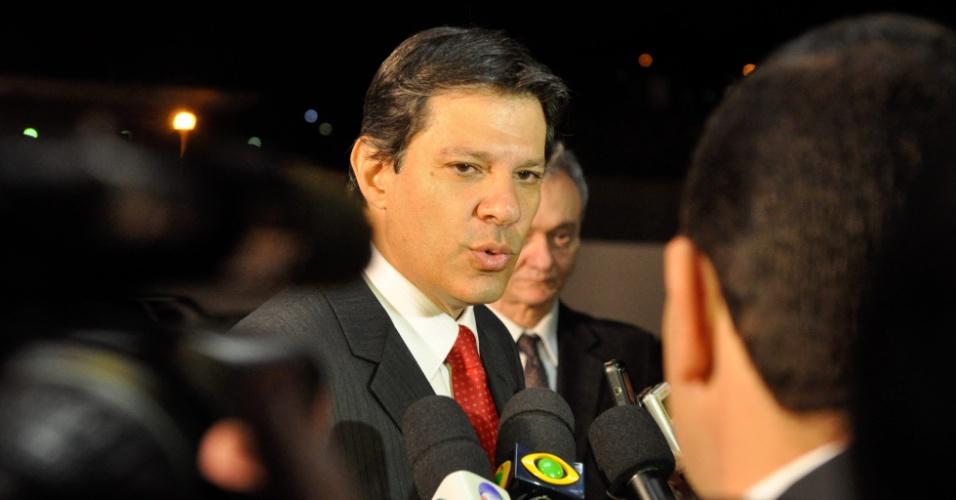 3.set.2012 - O candidato do PT à Prefeitura de São Paulo, Fernando Haddad, chega para debate realizado pela Rede TV!, na sede da emissora em Osasco, na Grande São Paulo, na noite desta segunda