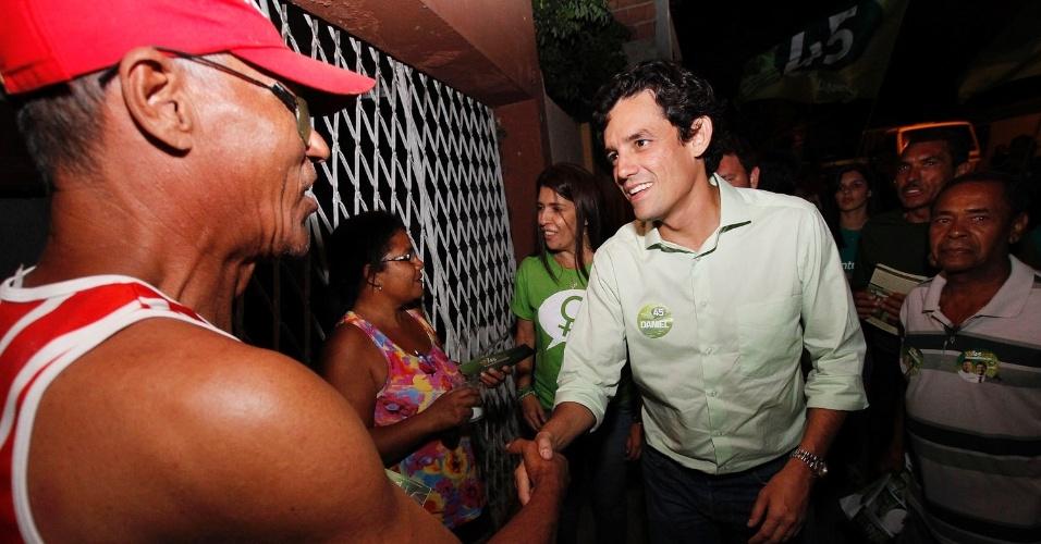 3.set.2012 - Daniel Coelho, candidato do PSDB à Prefeitura do Recife, cumprimenta eleitor durante caminhada pela Vila Mauriceia, no bairro IPSEP, zona sul da capital pernambucana