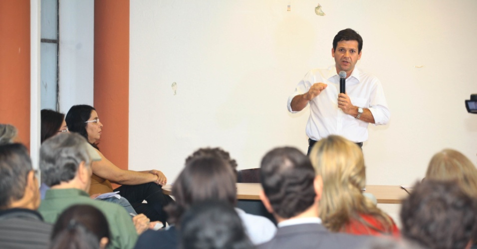 3.set.2012 - Geraldo Julio, candidato do PSB à Prefeitura do Recife, discursa durante encontro com arquiteros e urbanistas do IAB-PE (Instituto de Arquitetos do Brasil), no bairro Derby, região central da cidade