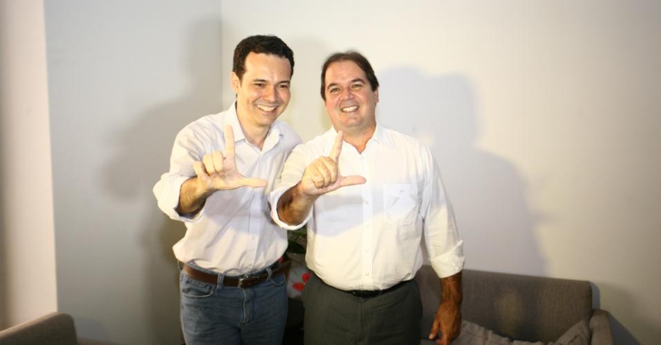 3.set.2012 - Lúdio Cabral (à esq.), candidato do PT à Prefeitura de Cuiabá, se reuniu nesta segunda-feira com o governador do Acre, Tião Viana (PT)