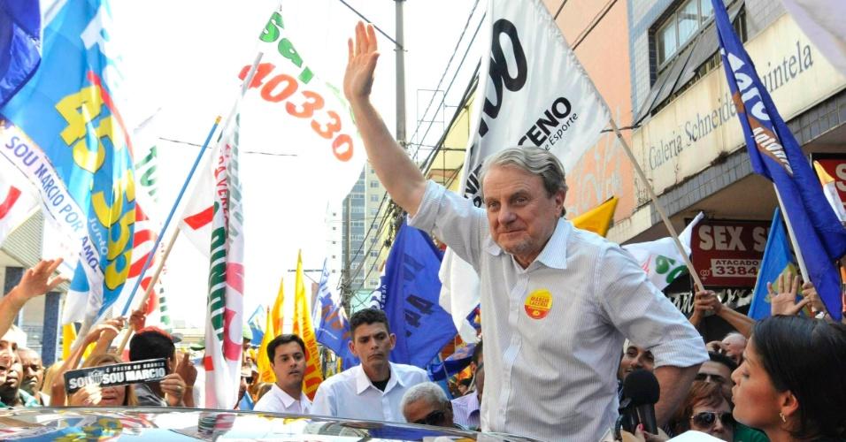 3.set.2012 - Marcio Lacerda, candidato pelo PSB à reeleição em Belo Horizonte, acena para eleitores durante caminhada pelo centro comercial da avenida Visconde de Ibituruna, no bairro do Barreiro