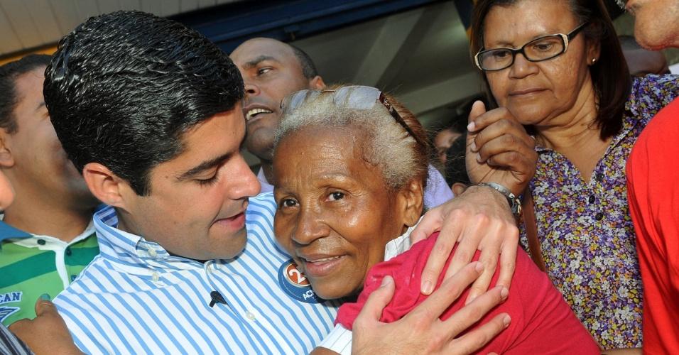 3.set.2012 - O candidato do DEM à Prefeitura de Salvador, ACM Neto, cumprimenta eleitora durante caminhada pelo bairro da Engomadeira