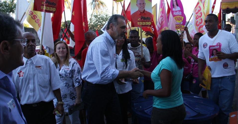 3.set.2012 - O candidato do PT à Prefeitura de Salvador, Nelson Pelegrino, cumprimenta eleitora durante caminhada pelo bairro de Dom Avelar