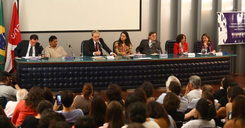 3.set.2012 - Os candidatos à Prefeitura de Belo Horizonte participaram, na noite desta segunda-feira, de um debate promovido pelo Centro Universitário UNA. Da esquerda para a direita estão Patrus Ananias (PT), Pepe (PCO), Marcio Lacerda (PSB), a mediadora Piedra Magnani, Tadeu Martins (PPL), Maria da Consolação (PSOL) e Vanessa Portugal (PSTU)