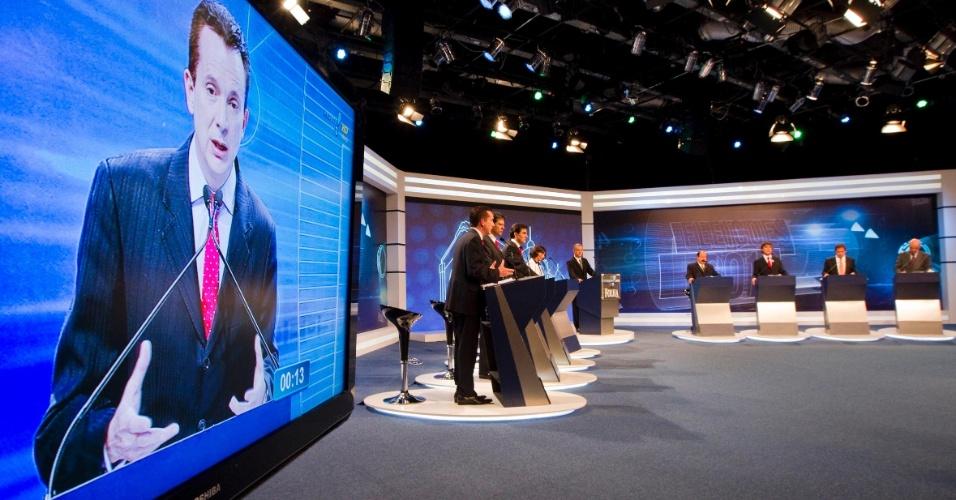 """3.set.2012 - Russomanno (no telão) disse que não comentaria ataques pessoais durante o debate e disse estar sendo """"massacrado"""" por estar em primeiro lugar nas pesquisas de intenção de voto"""