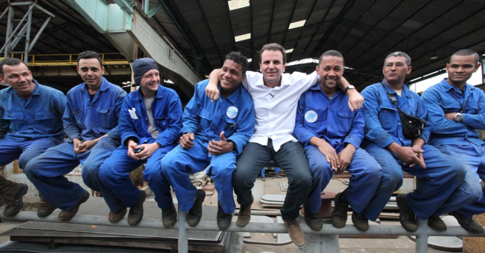 4.set.2012 - Eduardo Paes, candidato à reeleição pelo PMDB no Rio de Janeiro, se encontrou na manhã desta terça-feira com funcionários do Estalheiro Ilha S.A., na Ilha do Governador