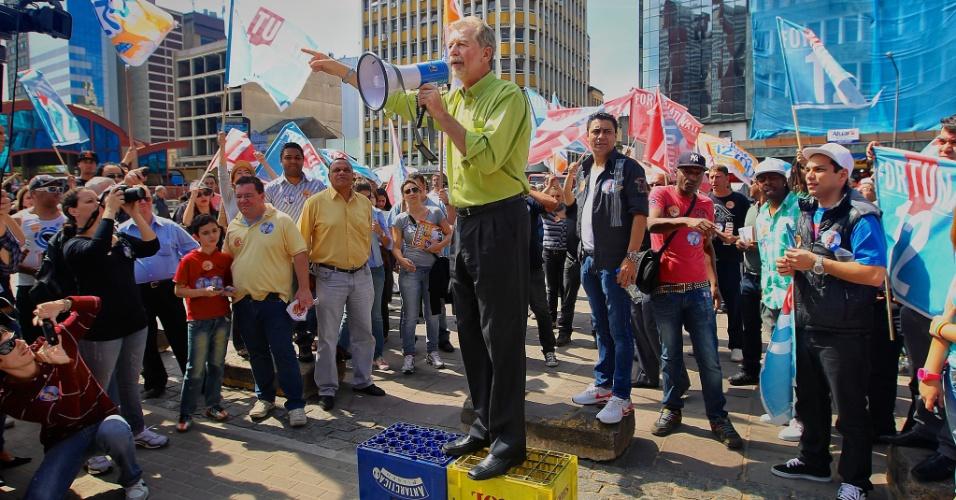 4.set.2012 - José Fortunati, candidato à reeleição em Porto Alegre pelo PDT, discursa durante caminhada com a juventude do partido pelo centro da capital gaúcha