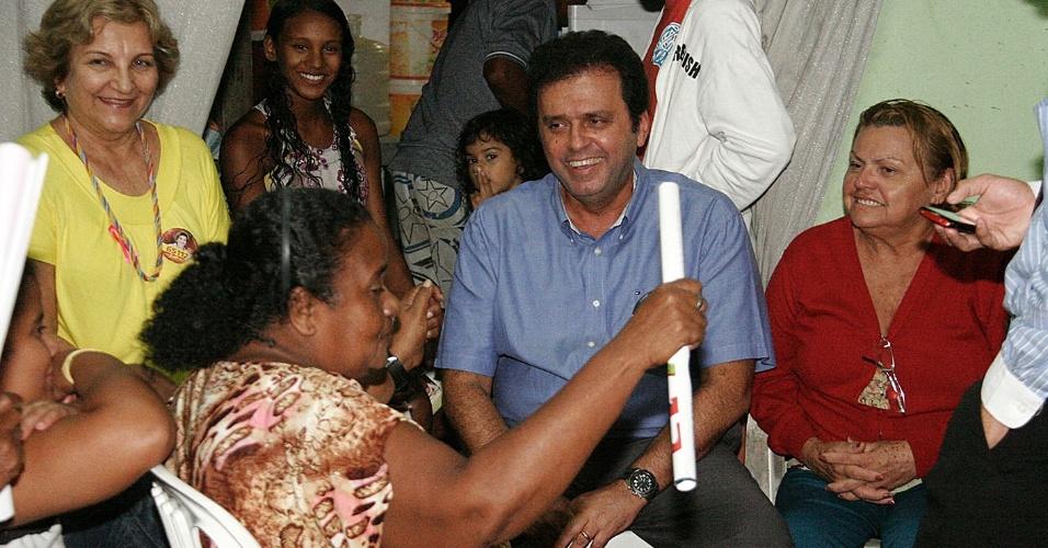 4.set.2012 - Carlos Eduardo, candidato do PDT à Prefeitura de Natal, se reuniu na noite desta terça-feira com moradores do bairro de Quintas, na zona oeste da capital potiguar
