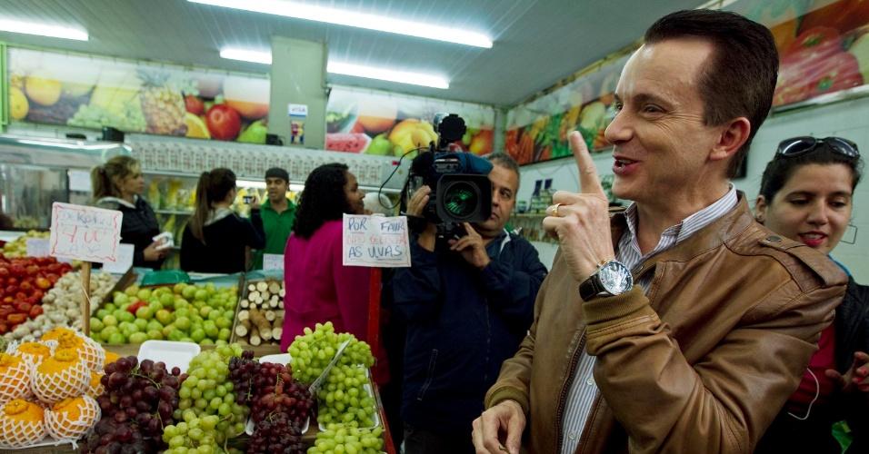 """4.set.2012 - Celso Russomanno, candidato do PRB à Prefeitura de São Paulo, brincou nesta terça-feira com a divulgação de um vídeo do carnaval de 1990, no qual ele apalpa uma modelo que usava um biquini de uvas de plástico. Durante caminhada pelo Mercado do Ipiranga, na zona sul da capital, Russomanno, ao pegar um cacho de uvas oferecido por um comerciante, disse ao notar as risadas dos jornalistas: """"Essa uva fez sucesso, hein? Olha a maldade!"""""""