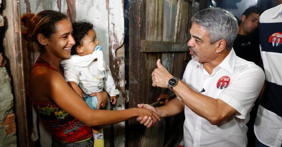 4.set.2012 - Humberto Costa, candidato do PT à Prefeitura do Recife, cumprimenta eleitora durante caminhada pela comunidade do Coqueiral, no bairro da Imbiribeira, zona sul da capital pernambucana