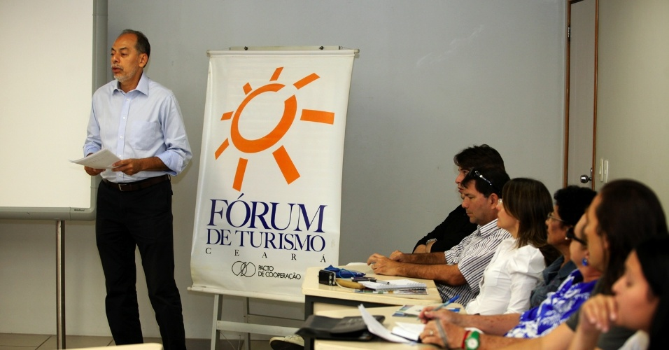 5.set.2012 - Inácio Arruda (à esq.), candidato do PC do B à Prefeitura de Fortaleza, participou nesta quarta-feira do Fórum de Turismo do Ceará, na sede do Sebrae, no centro da cidade