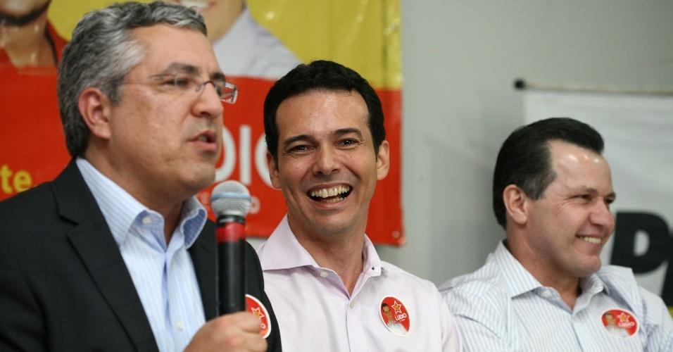 5.set.2012 - Lúdio Cabral (centro), candidato do PT à Prefeitura de Cuiabá, se encontrou com o ministro da Saúde, Alexandre Padilha (à esq.), que anunciou seu apoio ao petista na eleição municipal