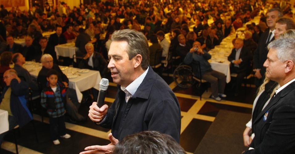 5.set.2012 - O candidato à reeleição em Curitiba, Luciano Ducci, apresenta seu plano de governo durante encontro com representantes de diversos sindicados no bairro de Santa Felicidade, região noroeste da capital paranaense