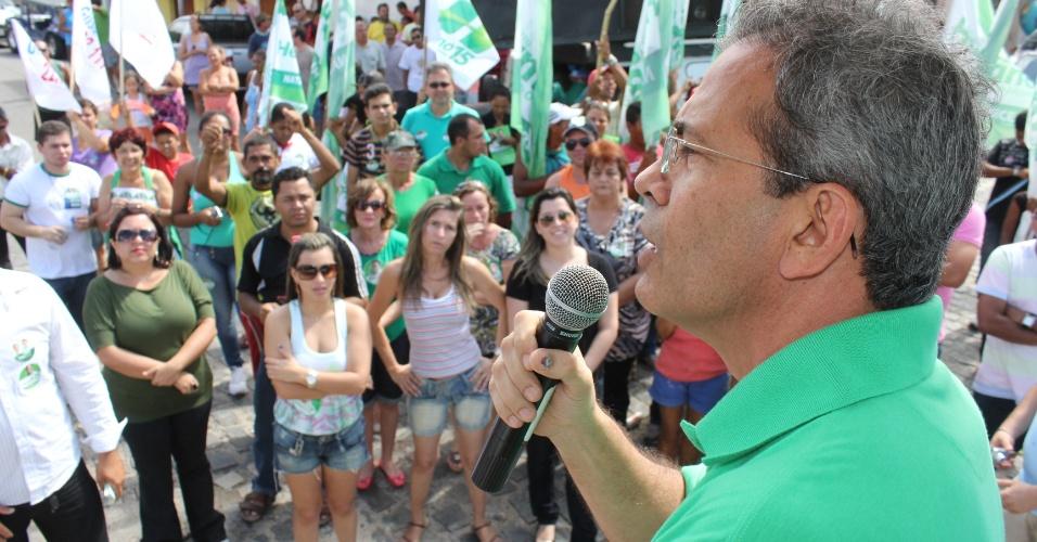 5.set.2012 - O candidato do PMDB à Prefeitura de Natal, Hermano Morais, fez campanha no bairro de Santos Reis, na zona leste, na tarde desta quarta