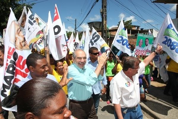 5.set.2012 - O candidato do PMDB à Prefeitura de Salvador, Mario Kertész, fez caminhada nesta quarta-feira pelo bairro de Ilha Amarela, no Subúrbio Ferroviário