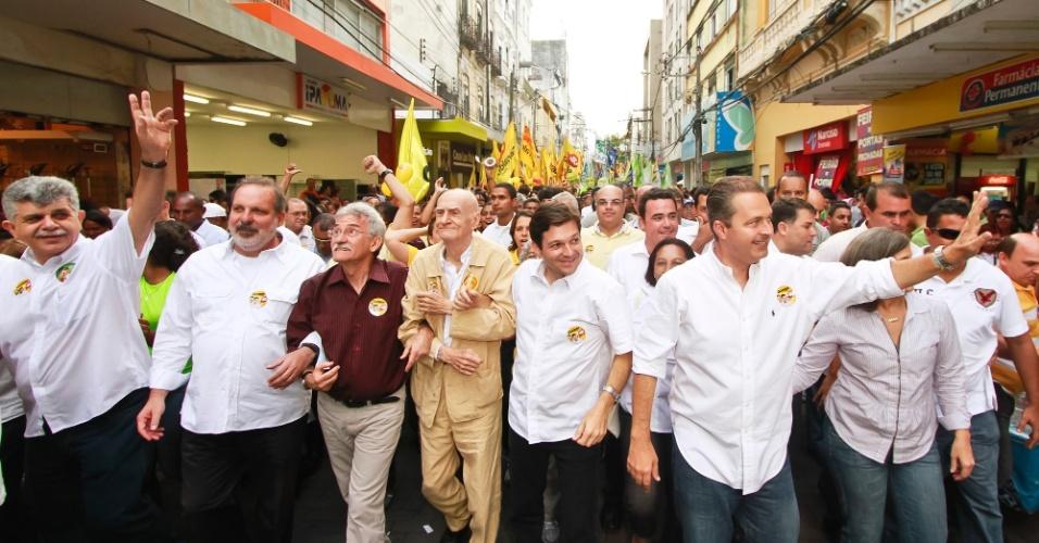 5.set.2012 - O candidato do PSB à Prefeitura do Recife, Geraldo Julio, fez caminhada pelo centro da cidade na companhia do governador Eduardo Campos (PSB) (de branco à dir.), do vice Luciano Siqueira (PC do B) (de vermelho) e do escritor Ariano Suassuna (de bege)