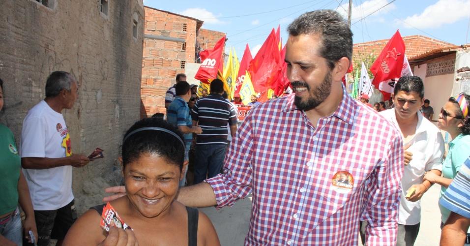 5.set.2012 - O candidato do PT à Prefeitura de Fortaleza, Elmano de Freitas, conversa com eleitora durante caminhada pelo bairro Passaré, zona sul da capital cearense