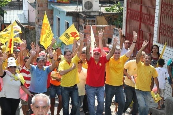5.set.2012 - Serafim Corrêa (de camisa vermelha), candidato do PSB à Prefeitura de Manaus, faz caminhada pelo bairro Nova Esperança, zona oeste da capital amazonense