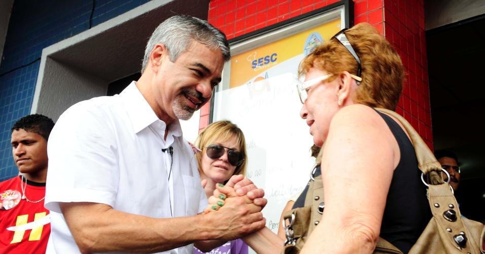 5.set.2012 - Humberto Costa, candidato do PT à Prefeitura do Recife, conversa com eleitora durante caminhada pelo bairro do Cais, centro da capital pernambucana