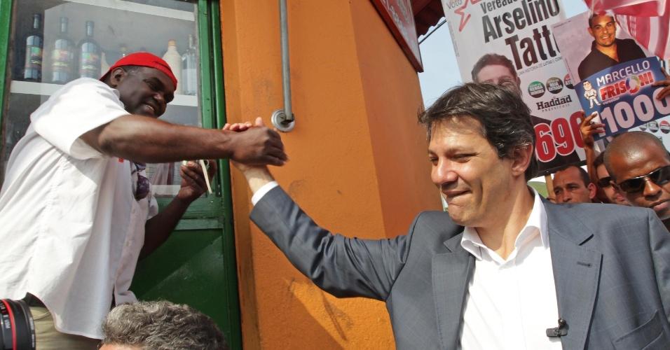 6.ago.2012 - O candidato do PT à Prefeitura de São Paulo, Fernando Haddad (à dir.), cumprimenta um eleitor durante caminhada em Parelheiros, na zona sul
