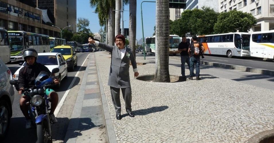 6.set.2012 - A candidata do PV à Prefeitura do Rio de Janeiro, Aspásia Camargo, fez caminhada pela avenida Presidente Antonio Carlos, onde falou sobre o seu plano de criar um movimento para desestimular o uso de transporte individual no centro da cidade