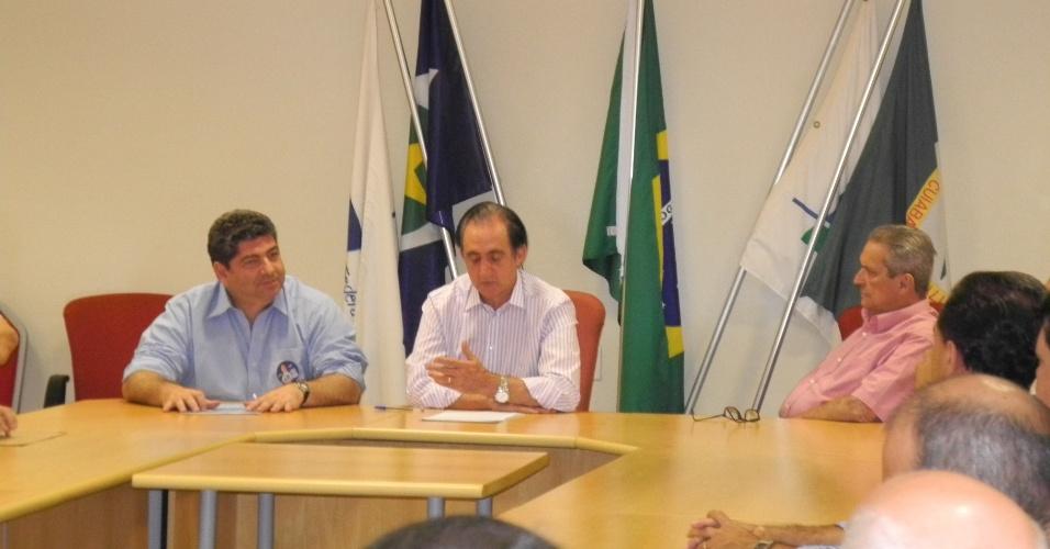 6.set.2012 - Guilherme Maluf (à esq.), candidato do PSDB à Prefeitura de Cuiabá, se encontrou nesta quinta-feira com representantes da Câmara de Dirigentes Logistas da capital mato-grossense para apresentar suas propostas de governo