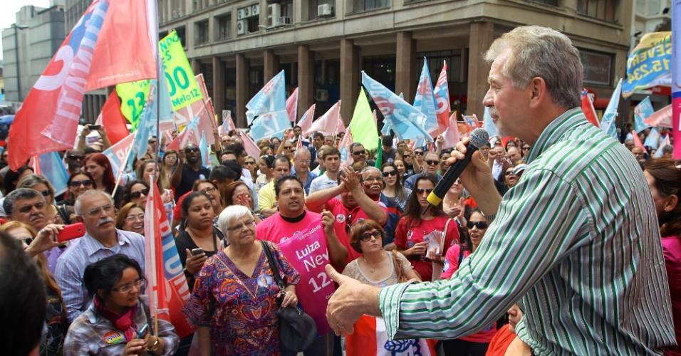 6.set.2012 - O candidato à reeleição pelo PDT em Porto Alegre, José Fortunati, discursa para eleitores durante ato na Esquina Democrática, no centro da capital gaúcha