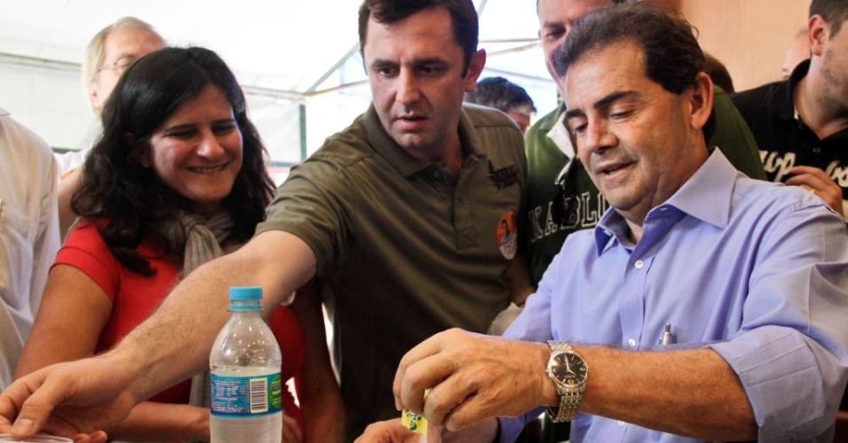 6.set.2012 - O candidato do PDT à Prefeitura de São Paulo, Paulinho da Força (à dir.), toma café em uma padaria do bairro da Mooca, durante caminhada pela zona leste da capital