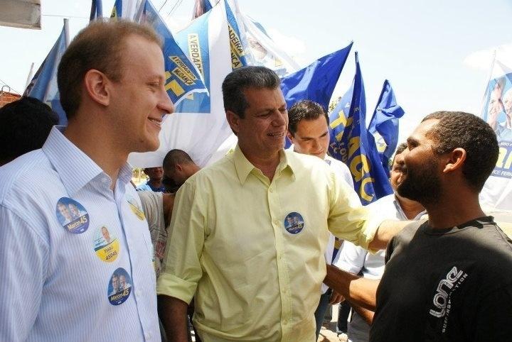 6.set.2012 - O candidato do PSDB à Prefeitura de Fortaleza, Marcos Cals (de camisa amarela), conversa com eleitores durante caminhada pelo bairro Bom Jardim