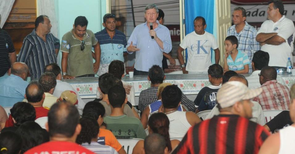 6.set.2012 - O candidato do PSDB à Prefeitura de Manaus, Artur Virgílio Neto, recebeu apoio de feirantes e vendedores ambulantes durante encontro na noite de quinta na Casa do Trabalhador