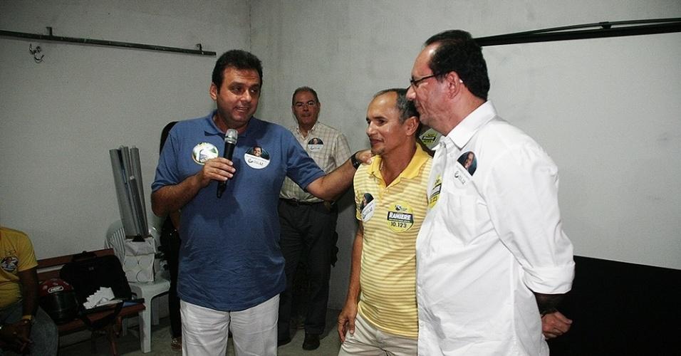 7.set. 2012 - O candidato a prefeito de Natal pelo PDT, Carlos Eduardo, participou de encontro com moradores do conjunto Gramoré, zona Norte, na noite desta quinta-feira (6)