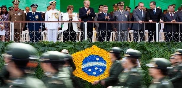 7.set.2012 - Marcio Lacerda (ao centro), prefeito de Belo Horizonte e candidato à reeleição pelo PSB, assistiu ao desfile de comemoração dos 190 anos de independência do Brasil