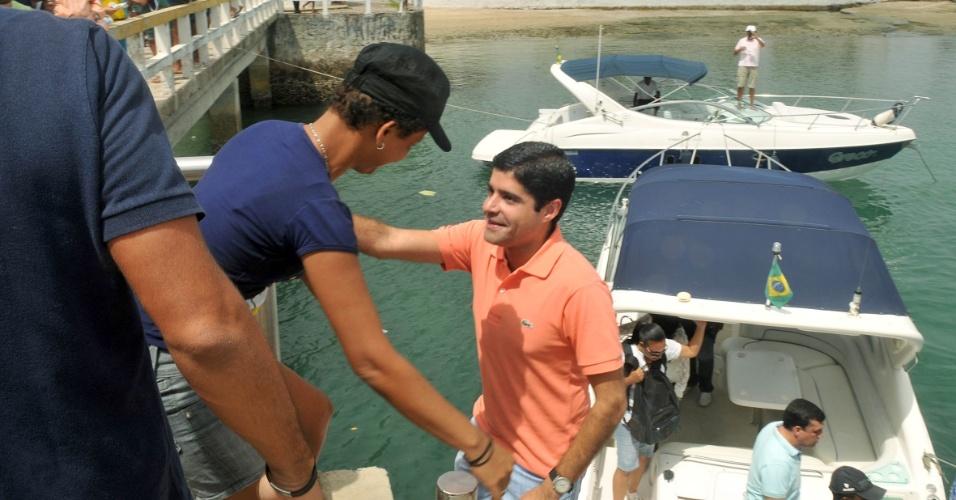 7.set.2012 - O candidato do DEM a prefeito de Salvador, ACM Neto, visitou as ilhas de Bom Jesus, Maré e Frades, na capital baiana, onde fez caminhadas e conversou com moradores