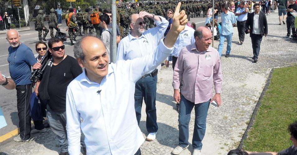 7.set.2012 - O candidato do PDT à Prefeitura de Curitiba, Gustavo Fruet, cumprimenta eleitores ao acompanhar os desfiles em comemoração ao Dia da independência no Centro Cívico, na manhã desta sexta