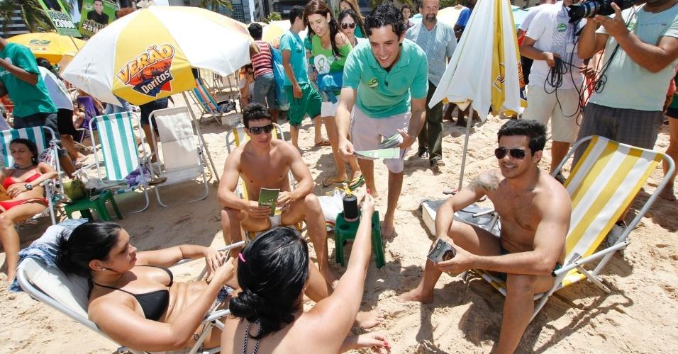 7.set.2012 - O candidato do PSDB, Daniel Coelho, fez campanha na praia de Boa Viagem, nesta sexta